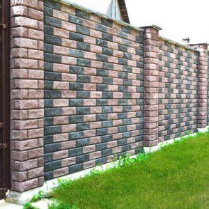 Кирпичный забор — классические и надёжные решения вечного вопроса безопасности и защиты имущества