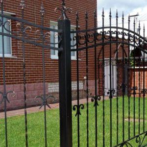 Кованые заборы — стиль, статус и красота в металле для вашего загородного дома