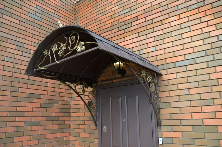 Двускатная крыша над крыльцом