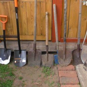 Лопаты — классический инструмент сквозь время с небольшими изменениями снова на нашем загородном участке