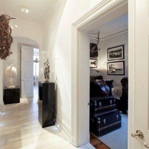 Современная прихожая в частном доме — красиво и функционально, правила обустройства и организации пространства в помещении входной группы