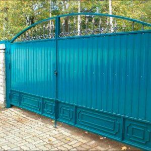 Ворота из профнастила — простое и эффективное решение входной группы на загородном участке