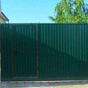 Забор из профнастила — простое и долговечное решение, варианты монтажа и обзор конструкций