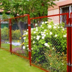 Забор из сетки рабицы: просто и недорого делаем своими руками (фото+видео)